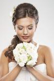 Het portret van een jonge donkerbruine bruidholding bloeit Stock Fotografie