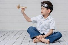 Het portret van een jonge jongen met van hem dient de lucht in Stock Foto
