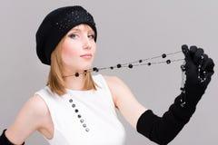 De vrouw breit binnen wolhoed met zwarte halsband Royalty-vrije Stock Fotografie