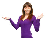 Het portret van een jonge vrouw hief omhoog haar handen op Stock Fotografie