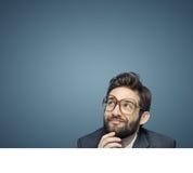 Het portret van een jonge werknemer overweegt zijn eigen zaken Stock Fotografie