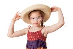 Het portret van een klein meisje draagt een strohoed Stock Foto's