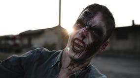 Het portret van een mannelijke zombie met bloedige tanden en de gewonde zien het gillen en het schreeuwen onder ogen Halloween, f stock videobeelden