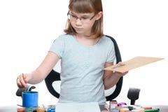 Het portret van een meisje een kind trekt met geïsoleerde verven op witte achtergrond royalty-vrije stock afbeeldingen