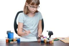 Het portret van een meisje een kind trekt met geïsoleerde verven op witte achtergrond stock afbeelding