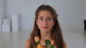 Het portret van een meisje, onderzoekt het kader stock footage