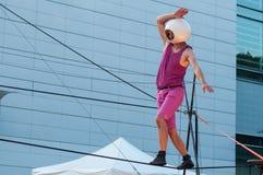 Het portret van een mens met helm per saldo voor openluchtkunstvliegen toont in Mulhouse stock foto