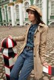Het portret van een mooi jong hipstermeisje loopt door de straten de het oude stad pret en glimlachen Stock Afbeelding