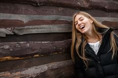 Het portret van een mooi meisje over iets droomt Op houten achtergrond stock foto's