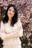 Het portret van een mooie jonge vrouw op een achtergrond van roze kers komt in de lente tot bloei, royalty-vrije stock foto