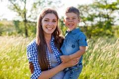 Het portret van een mooie moeder met een jonge zoon reist in openlucht stock foto