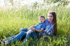 Het portret van een mooie moeder met een jonge zoon reist in openlucht royalty-vrije stock fotografie