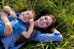 Het portret van een mooie moeder met een jonge zoon reist in openlucht royalty-vrije stock foto's