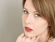Het portret van een Nadenkende Concenred maakte zich Jonge Vrouw ongerust royalty-vrije stock foto