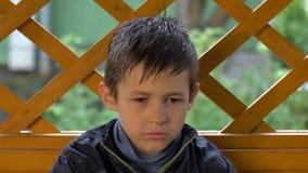 Het portret van een vermoeide jongen, heeft pret stock fotografie