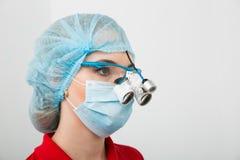 Het portret van ernstige chirurg schrobt binnen googles en masker dat stellend op camera stock foto