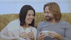 Het portret van gelukkig echtpaar drinkt thee stock footage