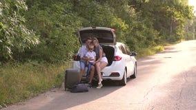 Het portret van gelukkig gezin dat klaar is voor de reis en zomervakantie stock videobeelden
