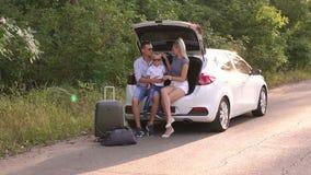 Het portret van gelukkig gezin dat klaar is voor de reis en zomervakantie stock footage