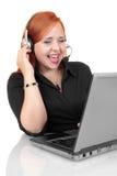Het portret van gelukkige glimlachende vrolijke jongelui steunt telefoonexploitant in hoofdtelefoon met laptop Stock Fotografie
