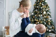Het portret van gelukkige moeder en de aanbiddelijke baby vieren Kerstmis Royalty-vrije Stock Afbeelding