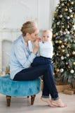 Het portret van gelukkige moeder en de aanbiddelijke baby vieren Kerstmis Royalty-vrije Stock Fotografie