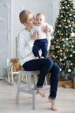 Het portret van gelukkige moeder en de aanbiddelijke baby vieren Kerstmis Stock Foto