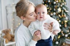 Het portret van gelukkige moeder en de aanbiddelijke baby vieren Kerstmis Royalty-vrije Stock Foto's