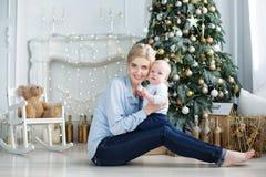 Het portret van gelukkige moeder en de aanbiddelijke baby vieren Kerstmis Royalty-vrije Stock Afbeeldingen