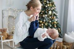 Het portret van gelukkige moeder en de aanbiddelijke baby vieren Kerstmis Royalty-vrije Stock Foto