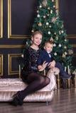Het portret van gelukkige moeder en de aanbiddelijke baby vieren Kerstmis Nieuwjaar` s vakantie Peuter met mamma in festively ver royalty-vrije stock foto's