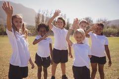 Het portret van gelukkige schoolmeisjes die dient park in golven stock fotografie