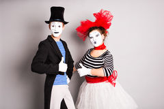 Het portret van gelukkige twee bootst blijspelacteur na die duimen tonen, April Fools Day-concept Stock Afbeelding