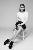 Het portret van gemiddelde lengte van donkerbruine vrouw Het schot van de manier Royalty-vrije Stock Fotografie