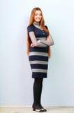 Het portret van gemiddelde lengte van een jonge mooie vrouw status Stock Foto
