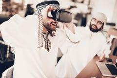 Het portret van glimlachende Arabier bekijkt VR-glazen stock afbeelding