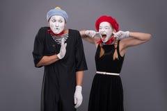 Het portret van grappig bootst paar met witte gezichten na en Stock Afbeelding
