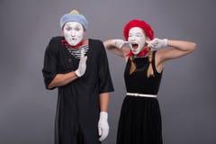 Het portret van grappig bootst paar met witte gezichten na en Stock Foto
