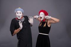 Het portret van grappig bootst paar met witte gezichten na en Stock Foto's