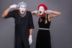 Het portret van grappig bootst paar met witte gezichten na en Stock Afbeeldingen