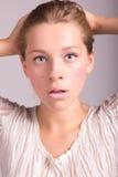 Het portret van het aantrekkelijke jonge vrouw kijken schokte Stock Foto's