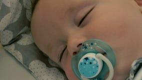 Het portret van het charmeren van baby met model slaapt stock footage