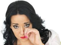 Het portret van het Droevige Emotionele Jonge Spaanse Vrouw Afvegen scheurt weg stock foto