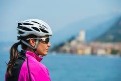 Het portret van het fietsmeisje - vrouw met fietshelm Royalty-vrije Stock Afbeeldingen