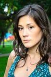 Het portret van het gezicht van een mooie brunette in openlucht Stock Fotografie