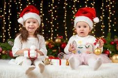 Het portret van het kindmeisje in Kerstmisdecoratie, gelukkige emoties, het concept van de de wintervakantie, donkere achtergrond Royalty-vrije Stock Foto's