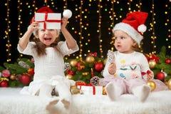 Het portret van het kindmeisje in Kerstmisdecoratie, gelukkige emoties, het concept van de de wintervakantie, donkere achtergrond Stock Fotografie