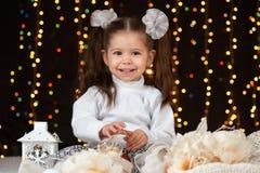 Het portret van het kindmeisje in Kerstmisdecoratie, gelukkige emoties, het concept van de de wintervakantie, donkere achtergrond Royalty-vrije Stock Fotografie