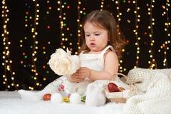 Het portret van het kindmeisje in Kerstmisdecoratie, gelukkige emoties, het concept van de de wintervakantie, donkere achtergrond Stock Afbeelding