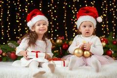 Het portret van het kindmeisje in Kerstmisdecoratie, gelukkige emoties, het concept van de de wintervakantie, donkere achtergrond Royalty-vrije Stock Afbeeldingen
